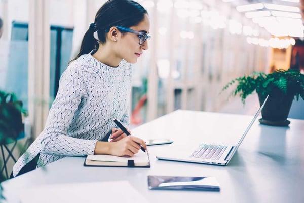 woman_at_computer